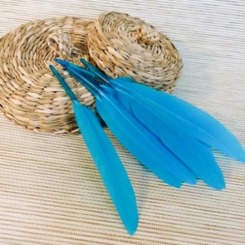Перо декоративное голубой 15 см