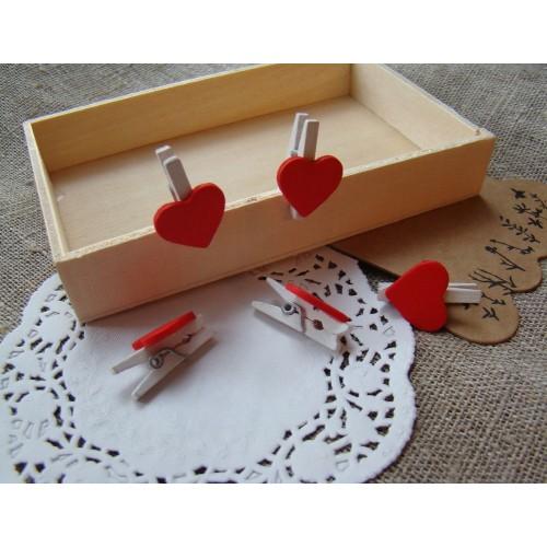 Прищепка деревянная белая с красным сердцем 2,5 см