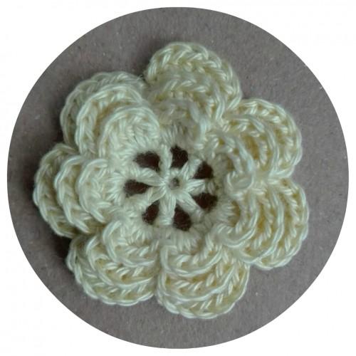 Вязаный декор Цветок трехслойный Светло-желтый 3,8 см фото