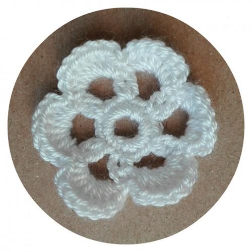 Вязаный декор Цветок белый 4 см фото