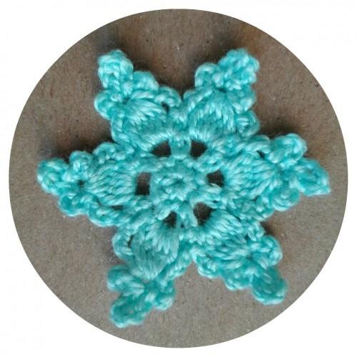 Вязаный декор Снежинка Голубая фото