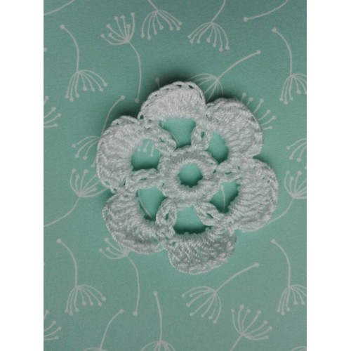 Вязаный цветок 4 см, белый